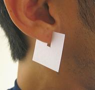 耳たぶに挟んだ簡易計測紙